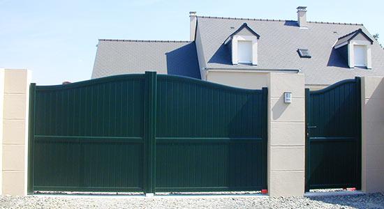 portail-chapeau-gendarme-portail-style-vert