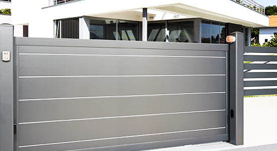 portail-coulissant-gris-anthracite-nervures-larges